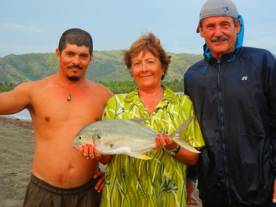 Marea del Portillo, Κούβα: fish caught right off the beach behind resort, with 3 realy nice people