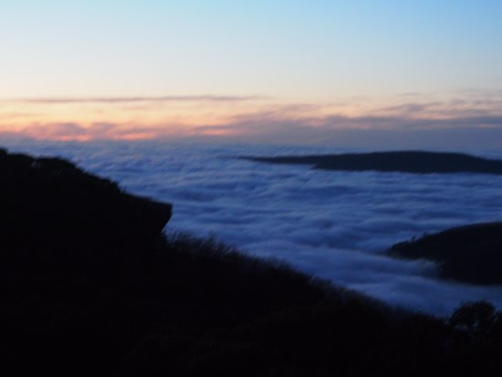 Monte Hotham, Austrália: The stunning view I woke up to, the clouds fill the valleys overnight and clear during the morni