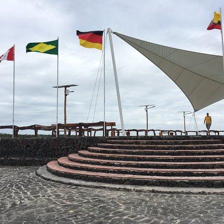 Puerto Villamil, Ecuador: Para apreciar o por do sol com as crianças locais pulando gostosamente do píer!