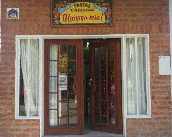 Frente del local Mamma Mía en Plottier, Neuquén, Patagonia Argentina