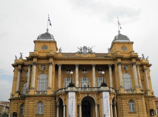 Croatian National Theatre in Zagreb: 黄色の外壁が印象的です