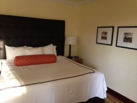 Shula's Hotel & Golf Club: King-sized bed