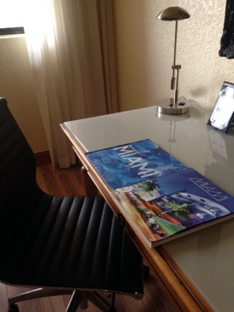 Shula's Hotel & Golf Club: Nice desk