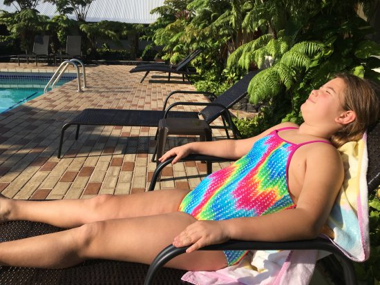 Hilo Seaside Hotel: Relaxing next to the pool open from 9am to 8pm.