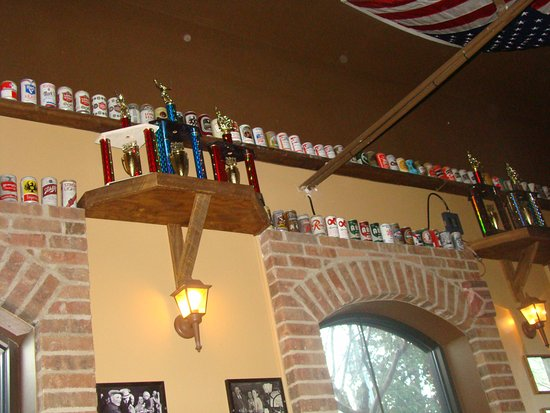 Holly Springs, Carolina del Norte: A collection of Beer Cans , lining the walls of the pub give the customer a pleasant ambiance