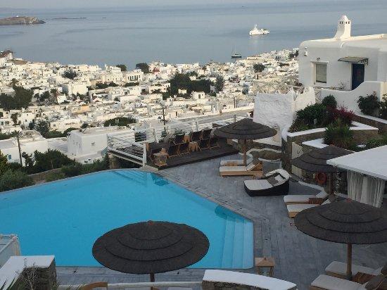 Vencia Hotel: 美麗的泳池與view