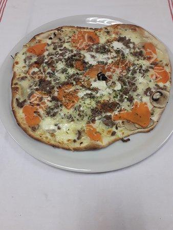 Valognes, Fransa: ppizza boeuf haché créme roquefort patates douces fromages