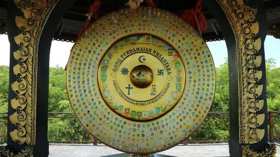 Monument Nosarara Nosabatutu: gong perdamaian