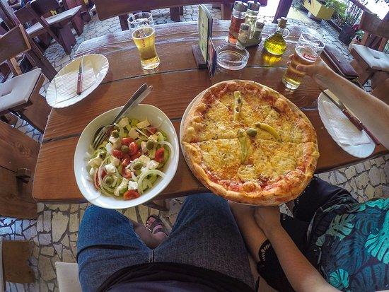 Kraljevica, Croacia: Pizza and salad
