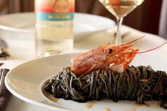 Sommariva del Bosco, Italy: I Tajarin freschi, di nostra produzione, al nero di seppia e colatura di crostacei
