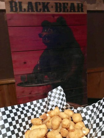 Stone Lake, WI: Thumbs up on the cheese curds at Black Bears