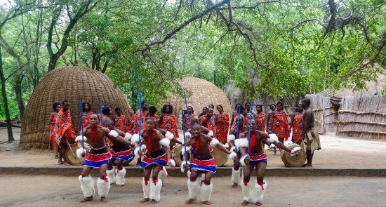 Manzini, Eswatini (Swaziland): Het koor en de dansers zijn de moeite waard.
