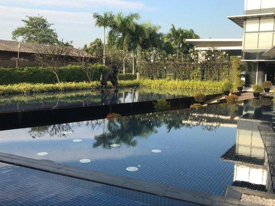 Best Western Premier Amaranth Suvarnabhumi Airport: Reflecting pool by restaurant.