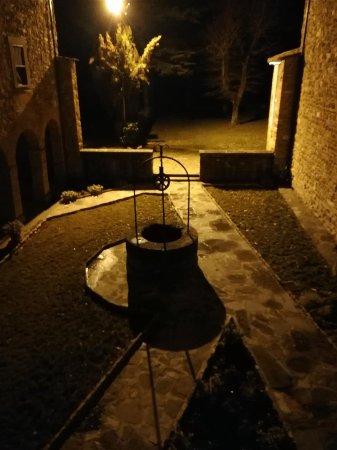 Pieve Di San Giovanni Battista : vista del pozzo e del cortile