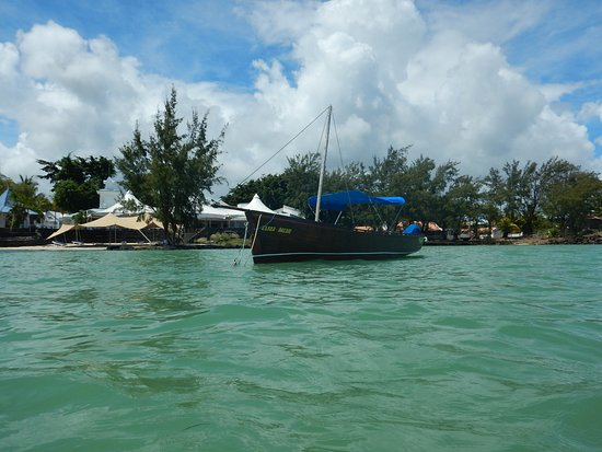 Seaview Calodyne Lifestyle Resort: Face à l'hôtel