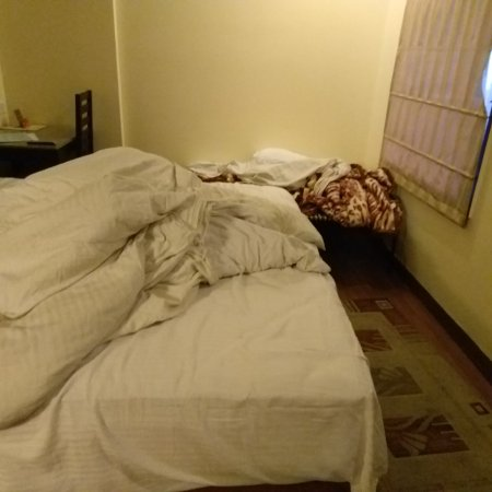 Treebo Fairway: Please check this COT and cramped room for stay of 4 individuals at Rs.4K