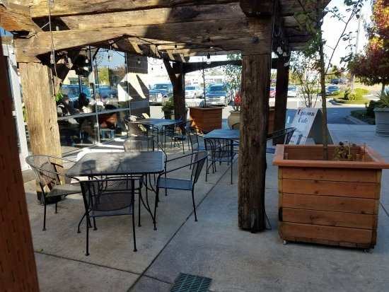 Warrenton, OR: Outdoor Seating
