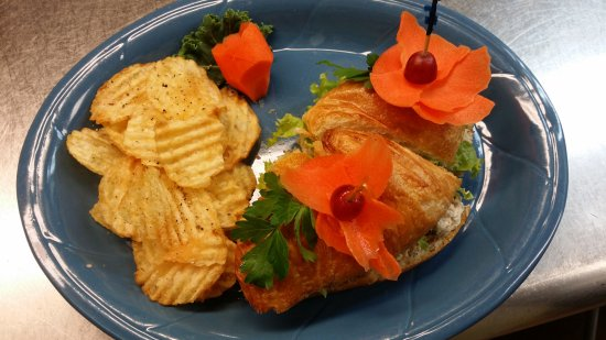 Stayton, Oregón: BLT on crossant with house chips
