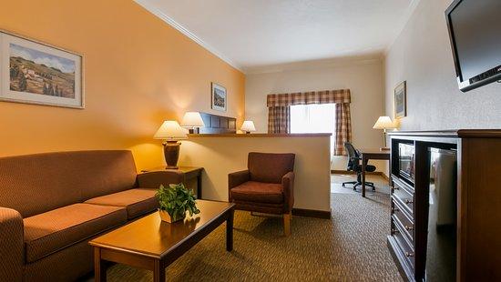Sunnyside, WA: King size Mini Suite room.
