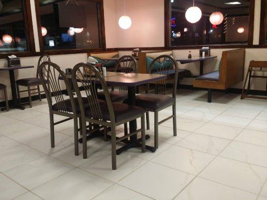 Kazoku Japanese Express: Clean dining area!