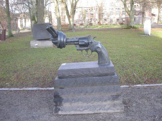Lund, Zweden: Non-Violence is a bronze sculpture by C F Reuterswärd