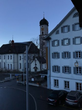 Sachseln, Suiza: Church + the main building of the hotel is to the right