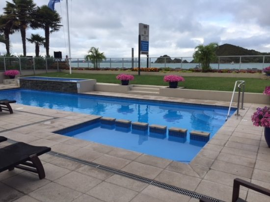 Kingsgate Hotel Autolodge Paihia: Pool at Kingsgate Hotel with waterfront views
