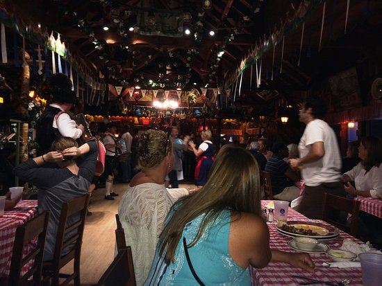 Round Top, نيويورك: Mountain Brauhaus at night