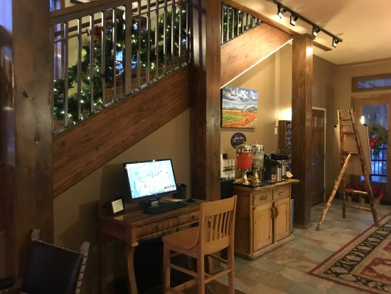 The Lexington at Jackson Hole: Lobby area with free computer with internet and free hot & cold drinks.