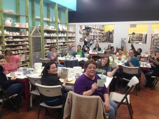 Moses Lake, WA: Busy time full of happy painters...drop in ANYTIME to paint!