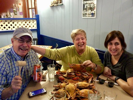 Dayton, Μέριλαντ: Enjoying hard-to-find-crabs on a very icy-cold day in MD with CA daughter.