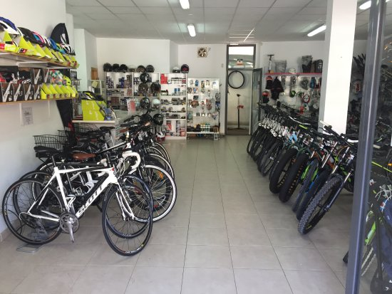 Cala Ratjada, Spagna: In the shop and workshop of bicycles and motorcycles you can find all kinds of accessories for y