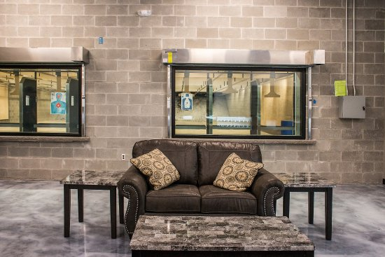 Oak Harbor, WA: Relax in our customer lounge while watching your fellow shooters thru our bullet proof windows.