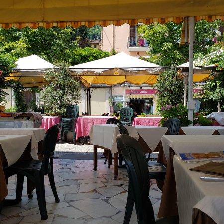 Belgirate, Italia: Tavoli esterni