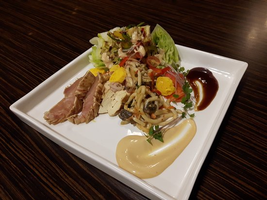 Holiday Inn Hotel & Suites Red Deer South: Bonsai Salad with Ahi Tuna