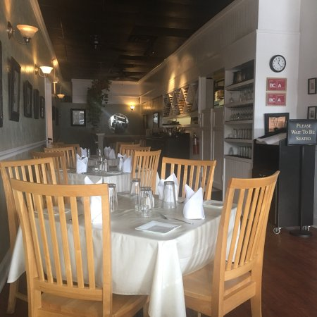 Paramount Grill: The place was emptied at the time but quickly filled up!
