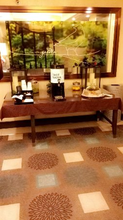 Hilton Garden Inn Washington DC/US Capitol: Hallway to dinning area. You have to pay for food