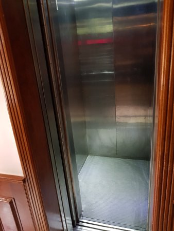 Shangfu Hotel Shanghai Nanjing Road Pedestrian: Lift on 2nd floor just fitted 3 adult + 1 suite case ea