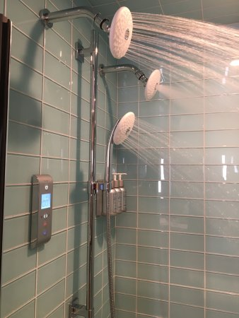 3 shower heads with digital temperature control - Picture of Lodge ...