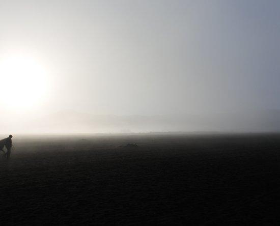 Tengger Caldera, Indonesien: suasana lautan pasir di pagi hari yang berkabut