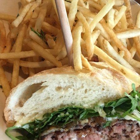 แยคิมา, วอชิงตัน: Excellent salads and burgers as well as a beautiful aesthetic.