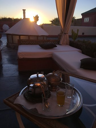 Bellamane, Ryad & Spa: Sitting area on rooftop at sunset