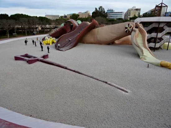 Parque Gulliver: Gulliver's sword and feet made into steps and a slide