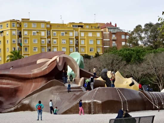 Parque Gulliver: Gulliver's head all tied down, covered with Little People