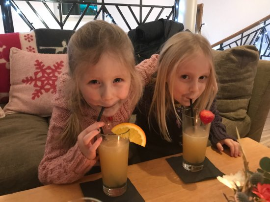 ‪‪Trebetherick‬, UK: The girls loved the fruit added to their drinks‬