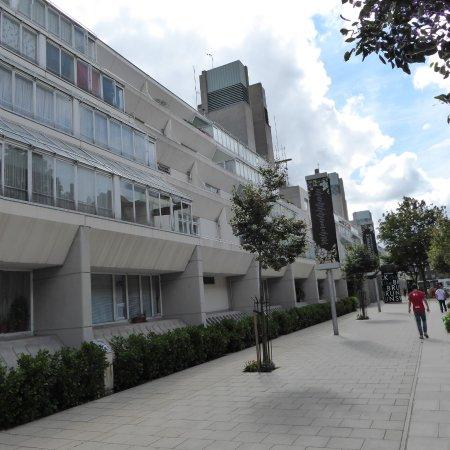 Holiday Inn London Bloomsbury: Brunswick Centre gegenüber dem Hotel