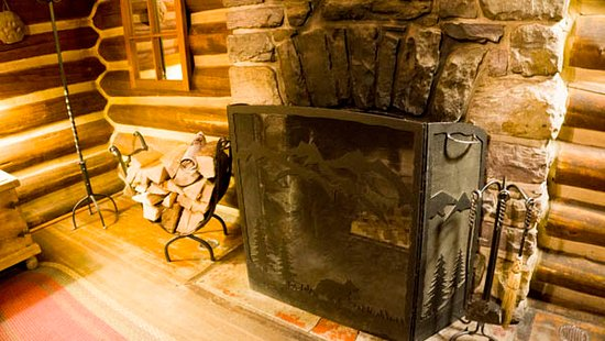 Storm Mountain Lodge & Cabins: Our own private fire place in our cabin