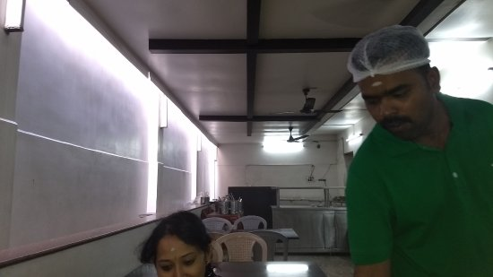 Murugan Idli Shop: Good attendants - neatness & hygiene ensured