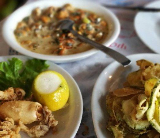 Peraia, Grécia: μίδια σαγανάκι, λίγα καλαμάρια (τα άλλα τα φάγαμε) και άκρη από κολοκυθάκια (με κουρκούτι)