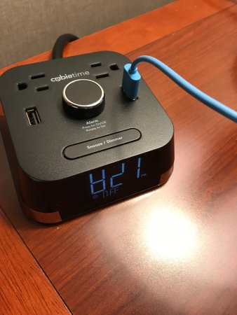 Hilton Garden Inn Schaumburg: Clock with outlets and USB
